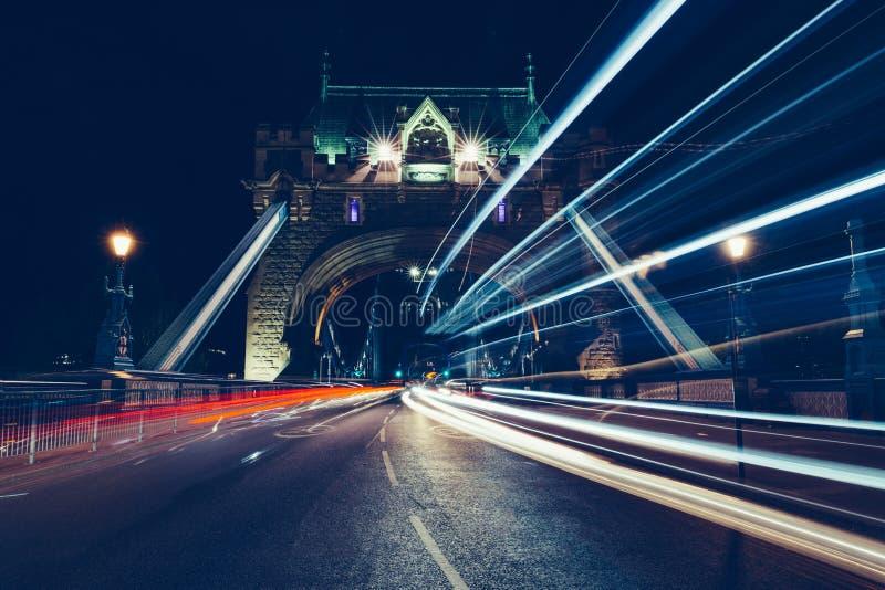 Stads lichte slepen van verkeer op Torenbrug Londen bij nacht stock afbeelding