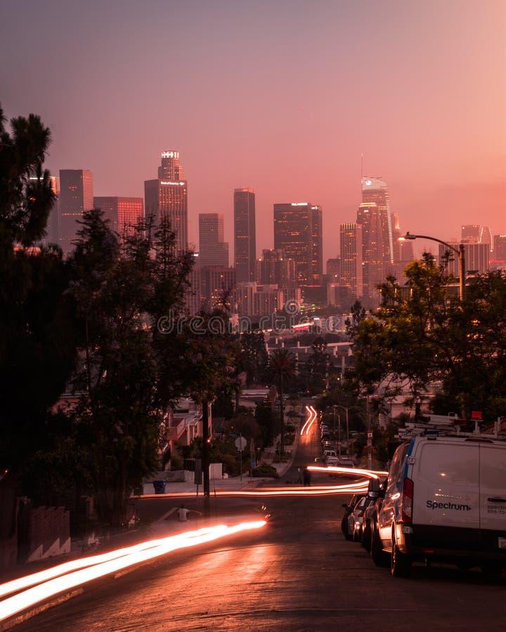 Stads- Los Angeles för lighttrail för bilar för stadsgatasolnedgång drömlik cityscape royaltyfria foton