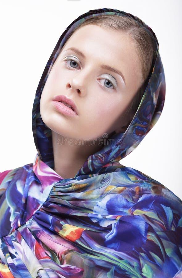 stads- mode Stående av tonåringflickan i blå huv arkivbilder