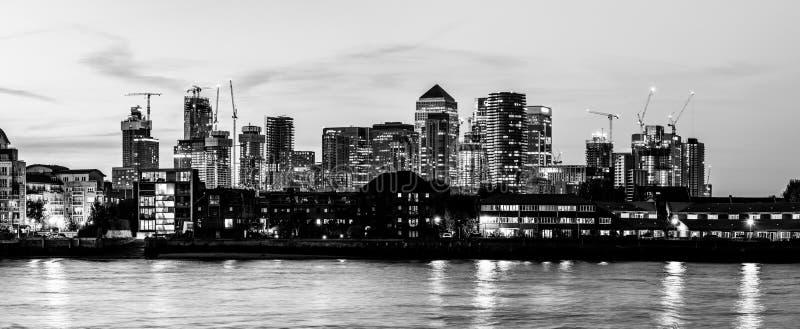 Stads- nattsikt av den i stadens centrum staden av London, flod Themsen, moderna kontorsbyggnader i det finansiella området för f royaltyfri fotografi