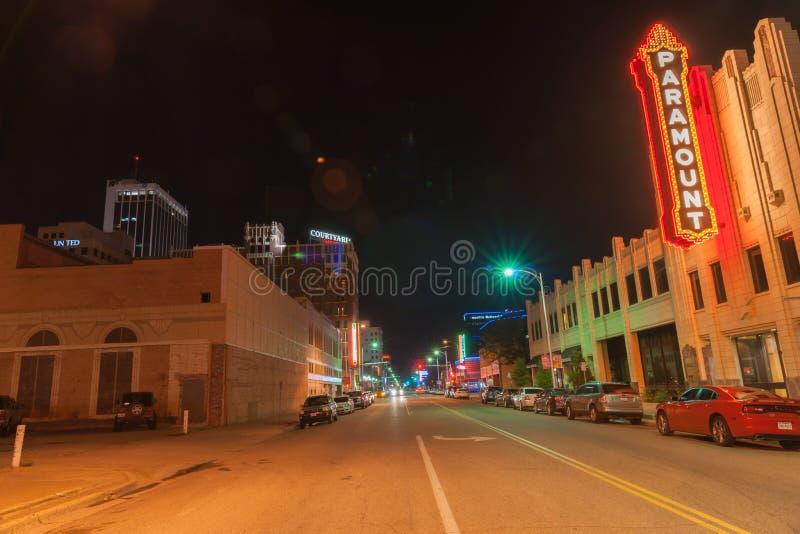 Stads- neontecken och belysning, Paramount, i stadens centrum Amarillo, Te royaltyfri foto