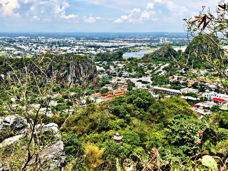 Stads- och bergsikt från marmor Montain, Hoi An, Vietnam royaltyfri fotografi