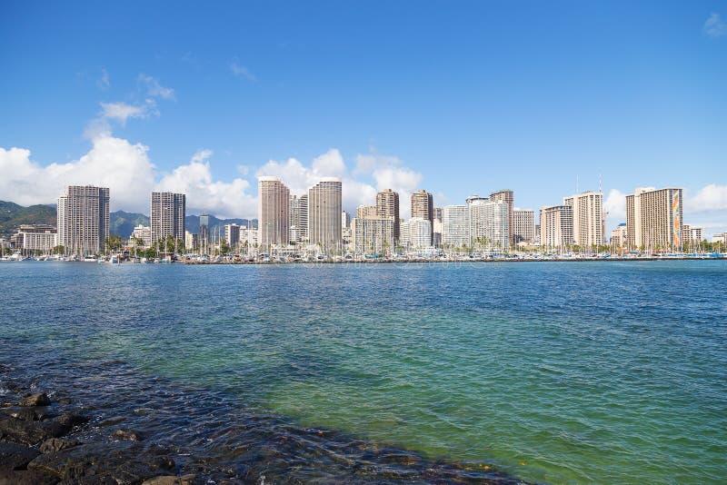 Stads- panorama av Waikiki strand med byggnader och marina royaltyfria bilder