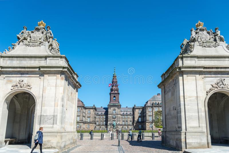 stads- plats med blå himmel och den Christiansborg slotten i copenhagen, Danmark arkivfoton