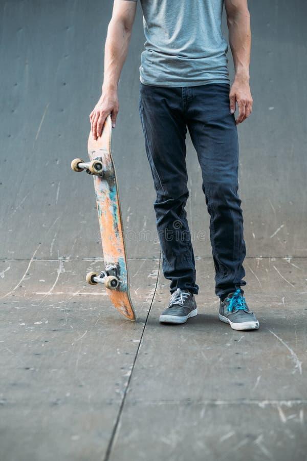 Stads- ramp för man för livsstil för skateboradåkaresporthobby royaltyfria foton