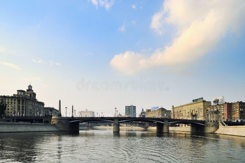 Stads- sikt med den Borodino bron i Moskva royaltyfria foton