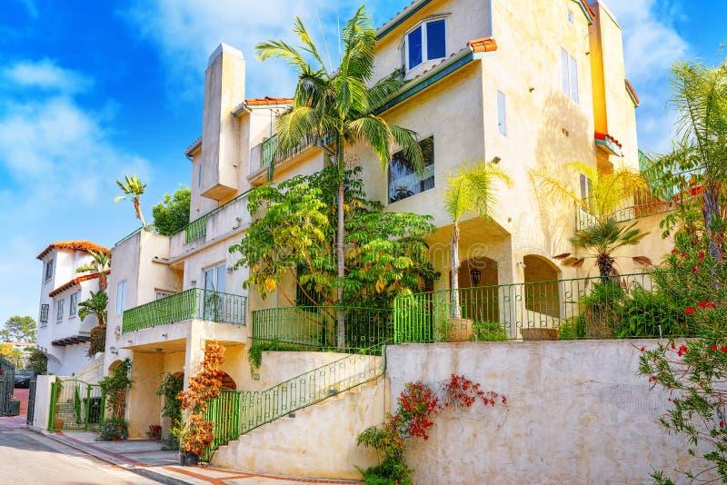 Stads- sikter av det Beverly Hills området och de bostads- byggnaderna på Hollywoodet Hills fotografering för bildbyråer