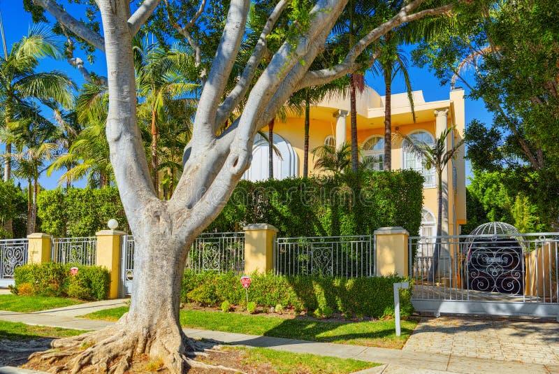Stads- sikter av det Beverly Hills området och de bostads- byggnaderna på Hollywoodet Hills arkivbilder
