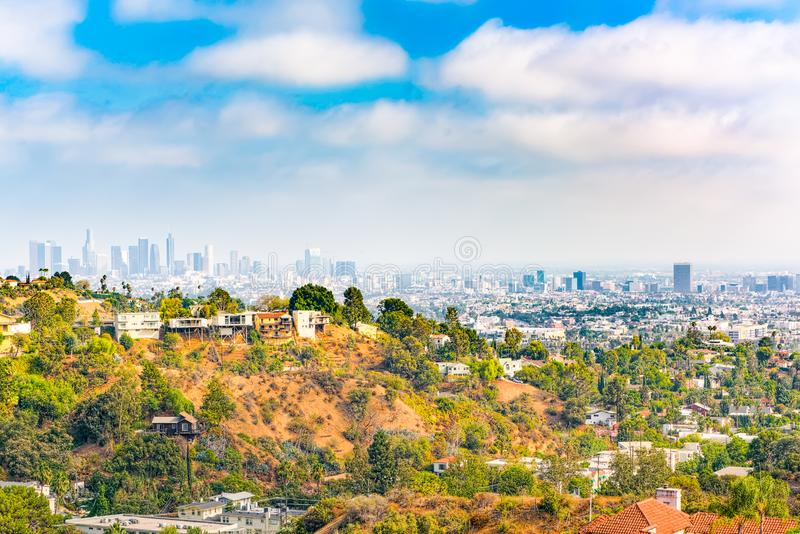 Stads- sikter av det Beverly Hills området och de bostads- byggnaderna på Hollywoodet Hills royaltyfria bilder