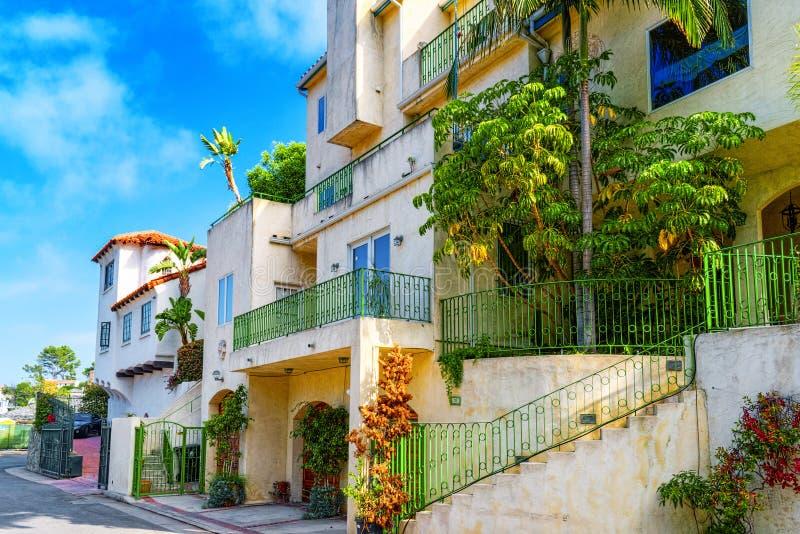 Stads- sikter av det Beverly Hills området och de bostads- byggnaderna på Hollywoodet Hills royaltyfri fotografi