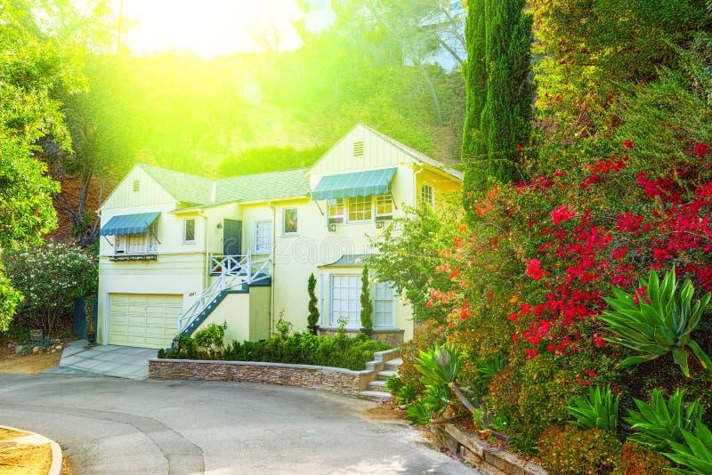 Stads- sikter av det Beverly Hills området och de bostads- byggnaderna på Hollywoodet Hills arkivfoto