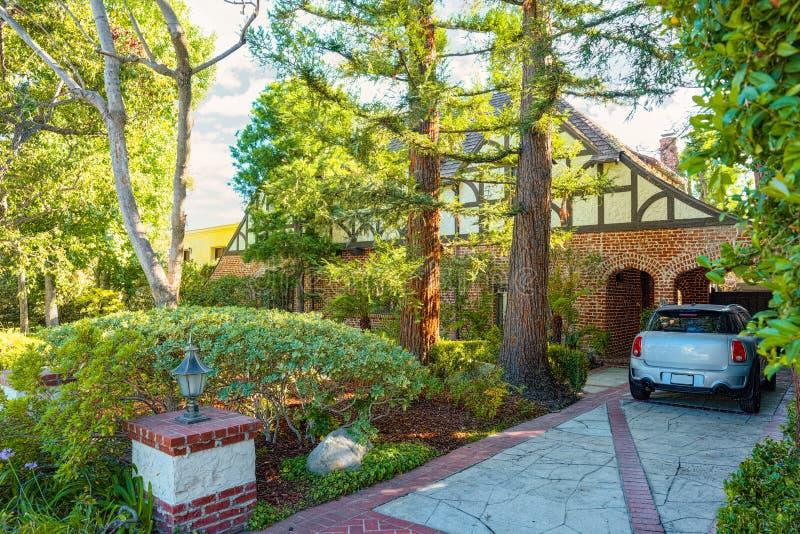 Stads- sikter av det Beverly Hills omr?det och de bostads- byggnaderna p? Hollywoodet Hills royaltyfria bilder