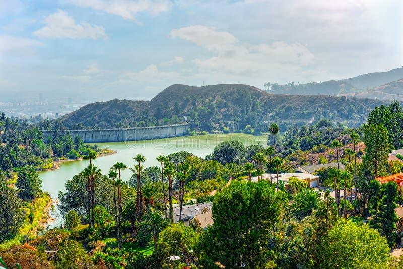 Stads- sikter av det Beverly Hills omr?det och de bostads- byggnaderna p? Hollywoodet Hills royaltyfria foton