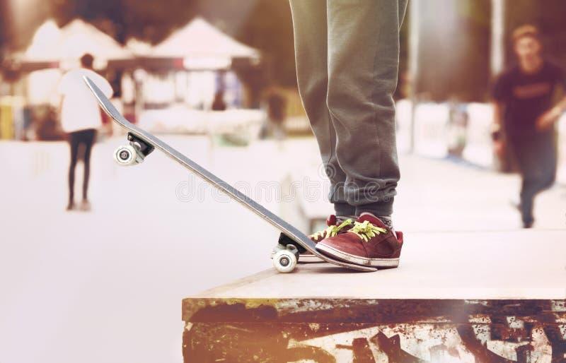 Stads- skateboradåkare på startrampen i skatepark arkivfoto