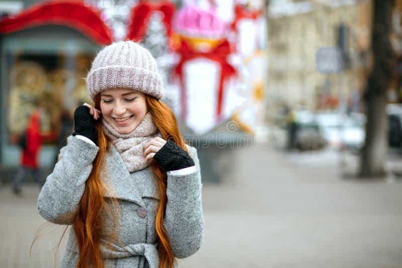 Stads- stående av den förtjusande ljust rödbrun flickan med bärande wa för långt hår royaltyfri foto