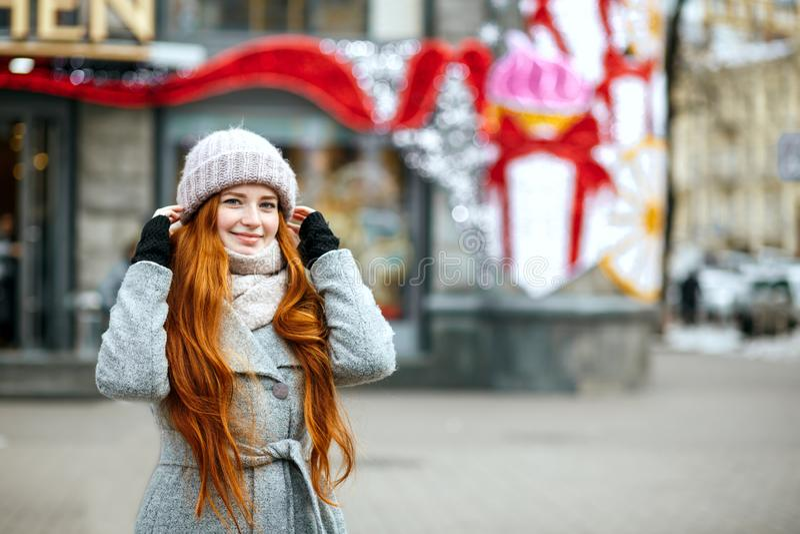 Stads- stående av den glade ljust rödbrun modellen med bärande krig för långt hår arkivfoton
