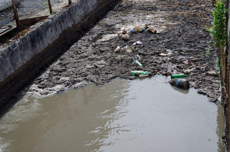 Stads- stång för kurs för flöde för kloakvatten och avskräde arkivfoton
