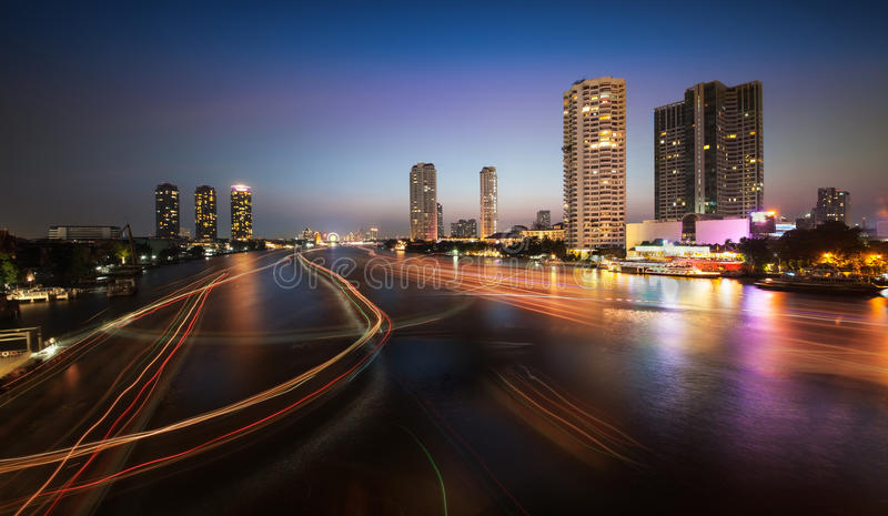 Stads- stadshorisont, Chao Phraya River, Bangkok, Thailand. royaltyfri bild