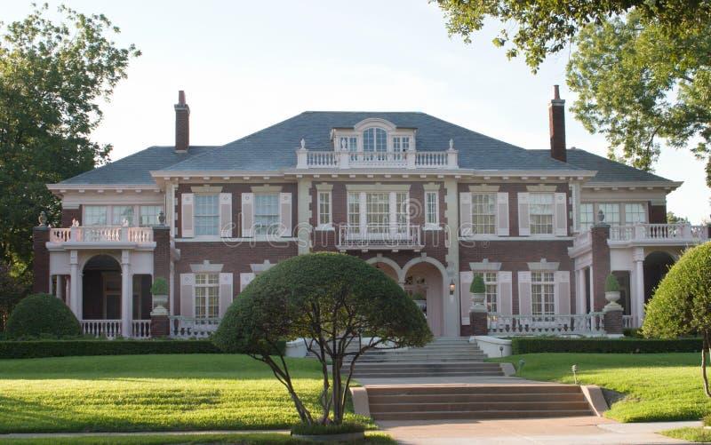 stads- stor stil för kolonialt hus royaltyfria foton