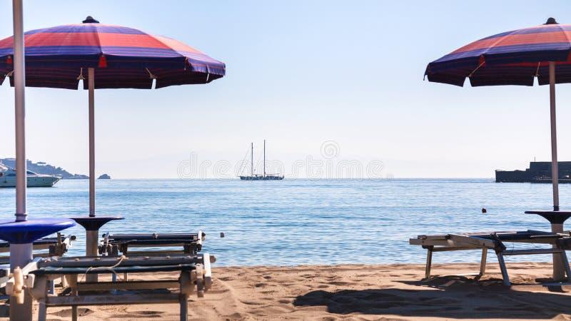 Stads- strand i giardininaxosstad i morgon royaltyfri bild