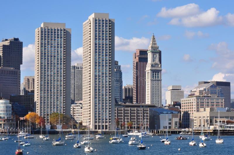 Stads- strandhorisont som ses från den Boston hamnen arkivbild