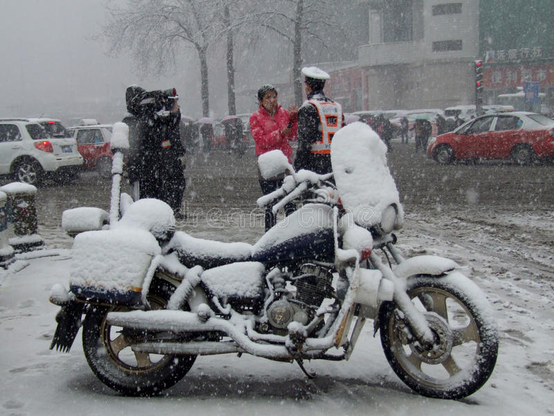Stads- trafik i tung snö arkivbild
