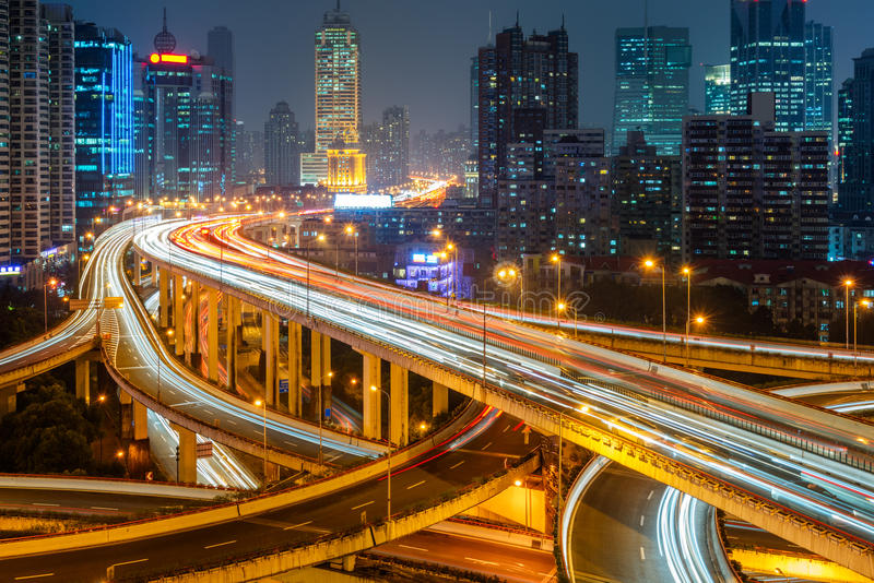 Stads- trafik med cityscape i stad royaltyfri fotografi