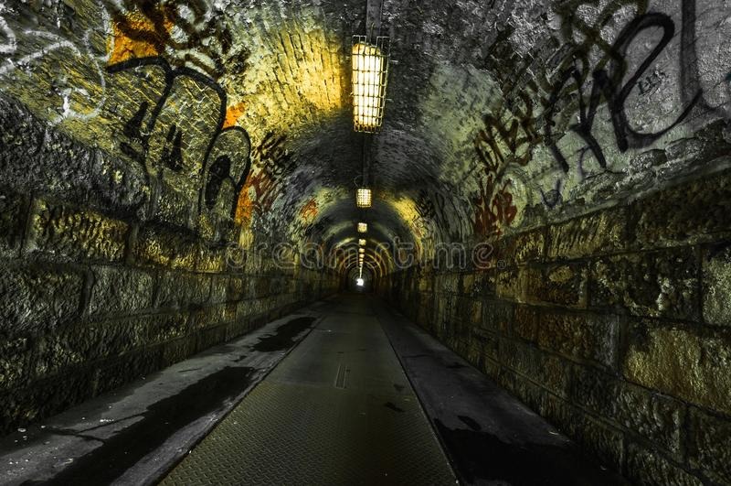 Stads- underjordisk tunnel royaltyfri fotografi