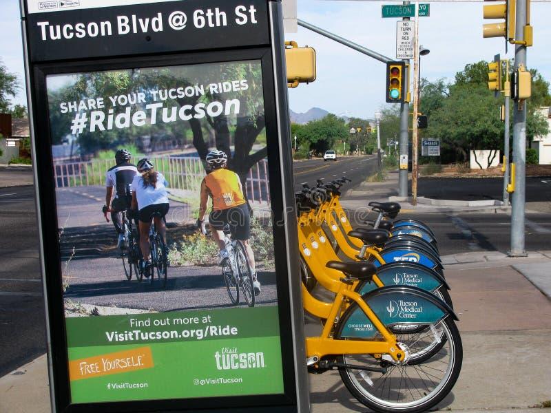 Stads- uthyrnings- cykelstation och tecken, västra USA royaltyfria bilder