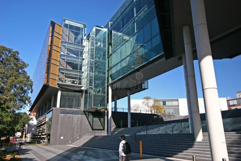 Stads- utomhus- storslagen trappuppgång under modern exponeringsglasfasadarkitektur av universitetet av Sydney Law School, Austra fotografering för bildbyråer