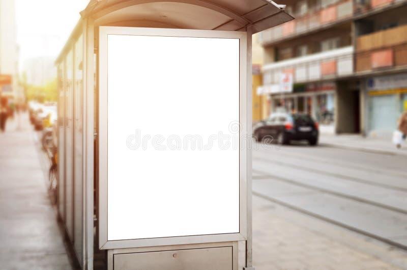 Stadsaffischtavlamodell på bussstation fotografering för bildbyråer