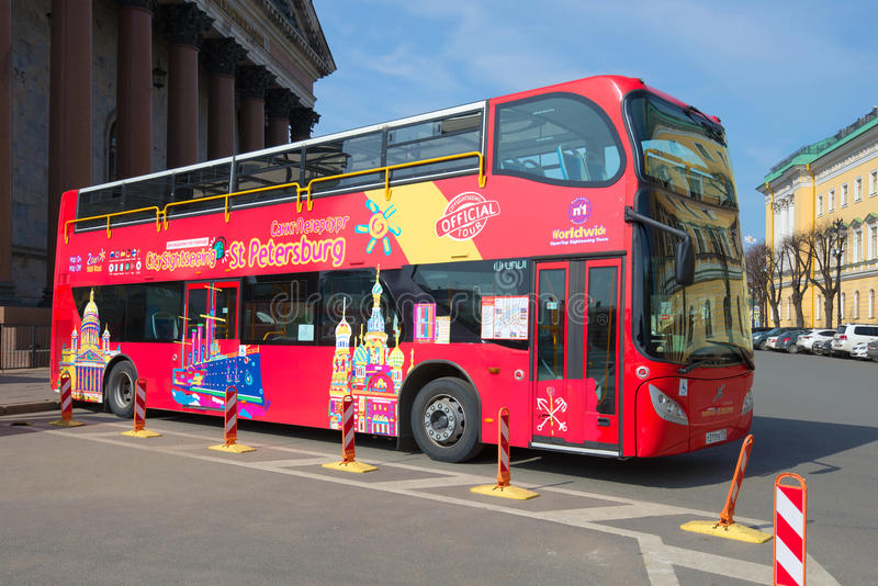 Stadsanslutningsdubbeldäckaren turnerar närbild för buss`-Volvo ` på fyrkant för ` s för St Isaac arkivbild