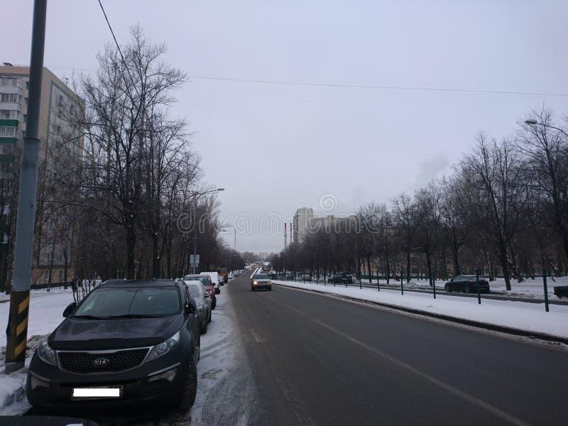 stadsarkitektur Vinter V?g och bilar royaltyfria foton