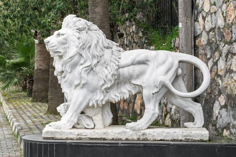 Stadsbeeldhouwwerk van een leeuw en een leeuwwelp bij de ingang Lokaal oriëntatiepunt royalty-vrije stock foto's