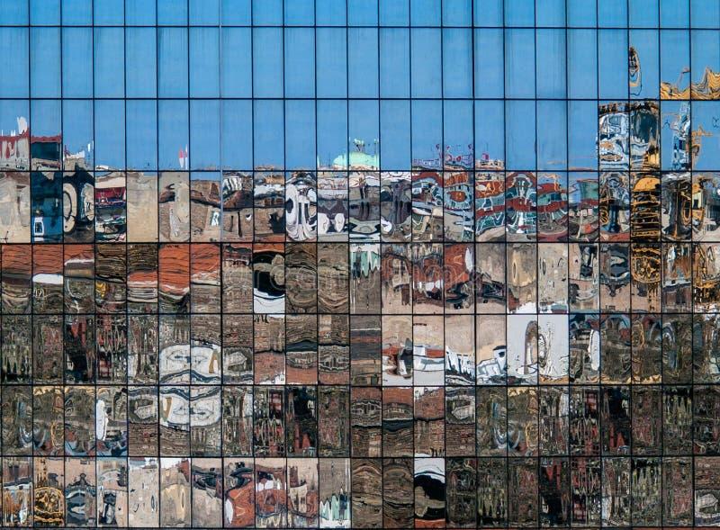 Stadsbezinningen in nieuw de bouwglas stock afbeeldingen
