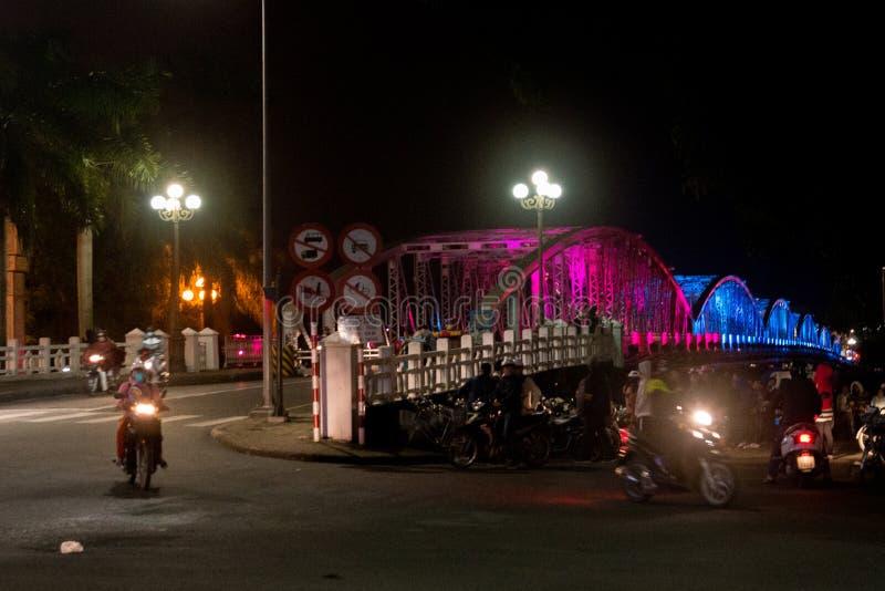 Stadsbro på natten med färgrikt färgrikt den Vietnam staden av tonen Truong Tien Brigde royaltyfria bilder
