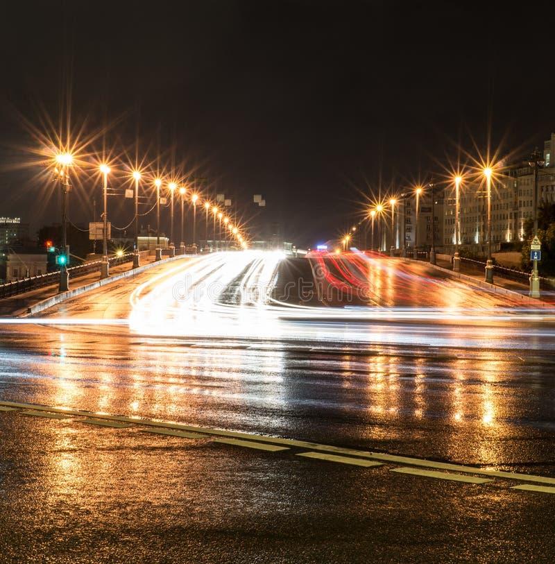 Stadsbrug, straat met lichten en verkeer bij nacht achtergrond, het stadsleven royalty-vrije stock afbeeldingen