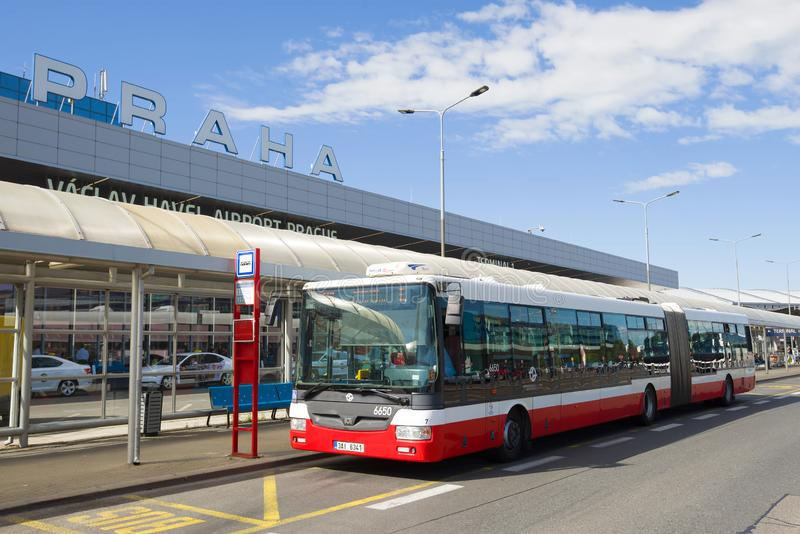 Stadsbus bij de bushalte in Vaclav Havel International Airport praag stock fotografie