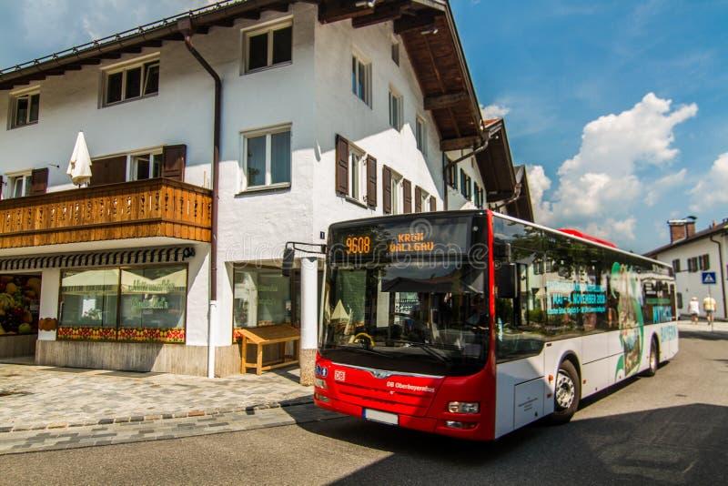 Stadsbuss i Mittenwald royaltyfria bilder