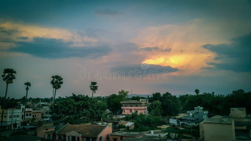 Stadsby under molnig himmel royaltyfri bild