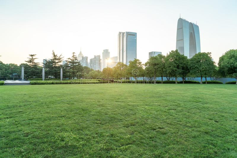 Stadsbyggnad och gräs fotografering för bildbyråer