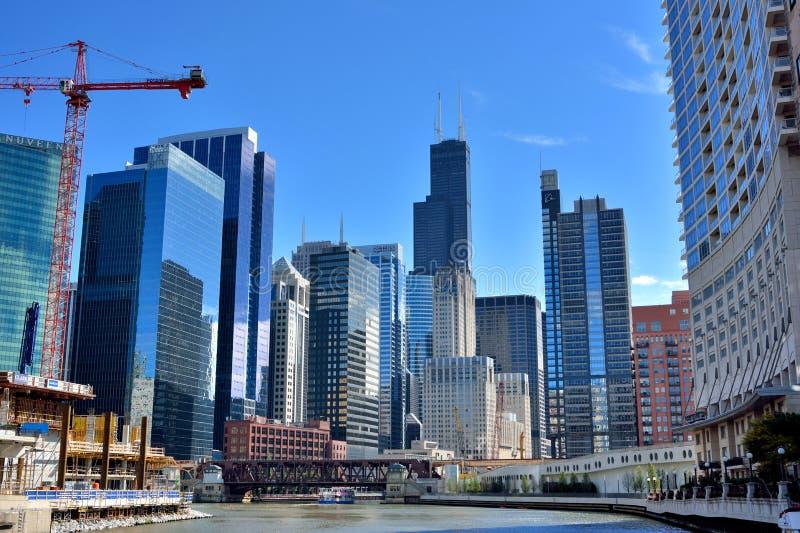 Stadsbyggnadsgrupp och konstruktioner runt om Chicago River royaltyfri foto