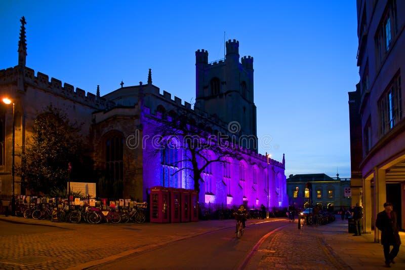 Stadscentrum bij nacht met Grote St Mary Kerk in Cambridge stock foto
