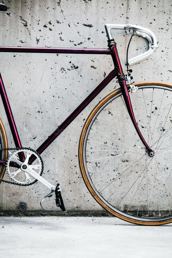 Stadscykel och betongvägg, tappningstil royaltyfri foto