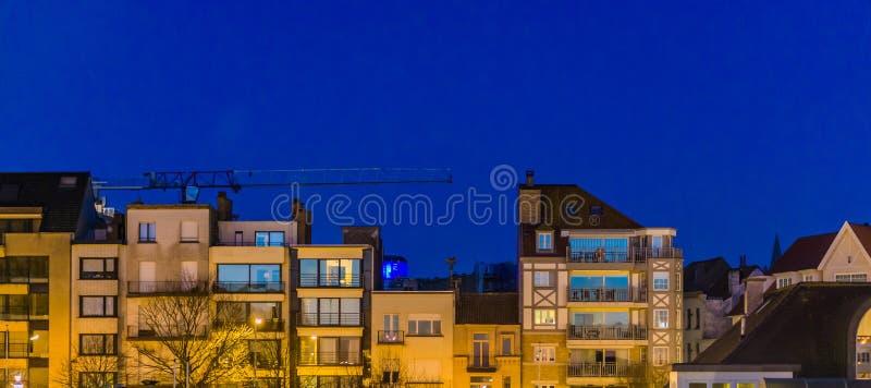 Stadsflats 's nachts, Belgische architectuur van Blankenberge, België royalty-vrije stock foto