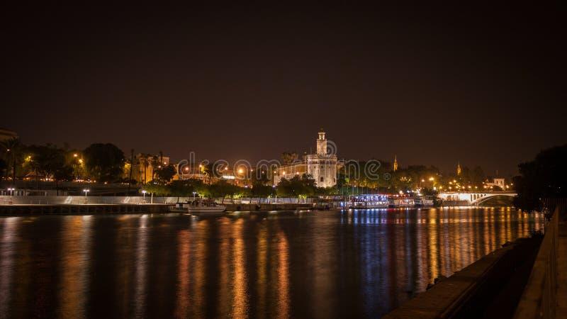 Stadsflodsikt av Sevilla vid natten mycket av färgrika ljus för stad royaltyfria bilder