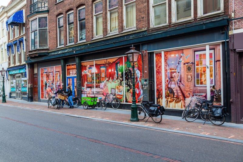 Stadsgata i Leiden, Nederländerna fotografering för bildbyråer