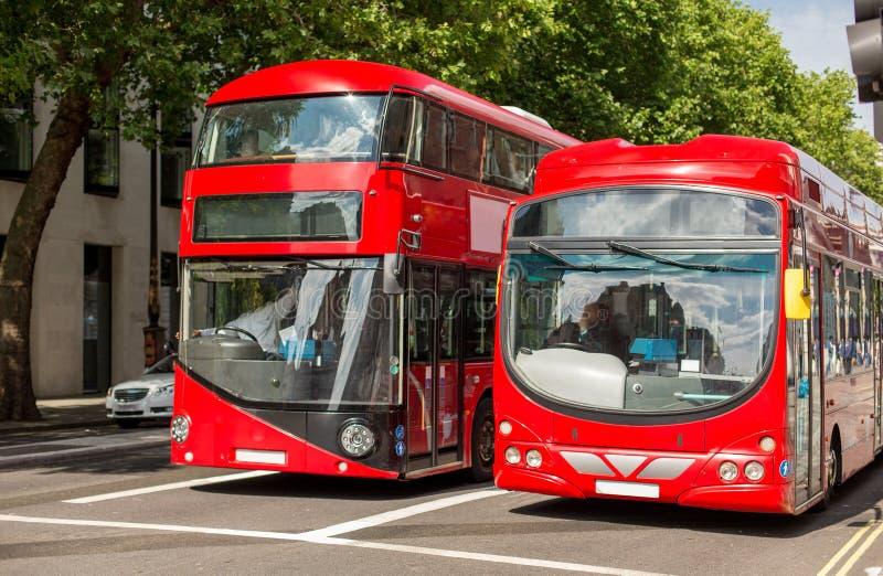 Stadsgata med röda bussar för dubbel däckare i london arkivbild