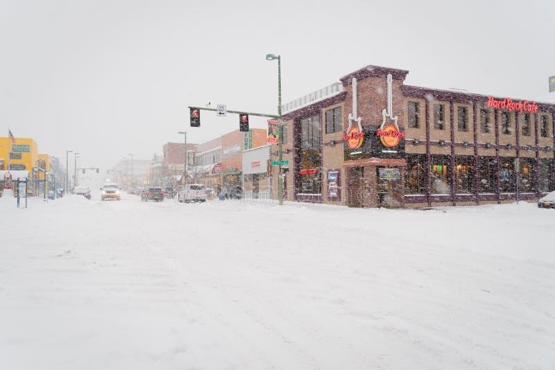 Stadsgata på en vinterdag som täckas med snö, ankring, Alaska arkivfoton