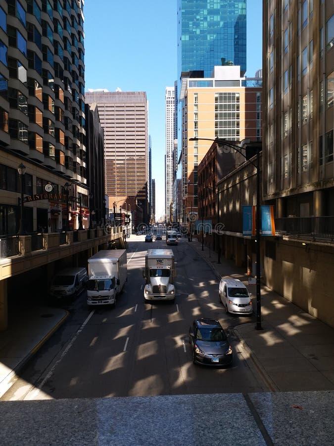 Stadsgata som flankeras av högväxta byggnader royaltyfria bilder